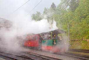 50 Jahre BC - MEGA STEAM FESTIVAL der Museumsbahn Blonay–Chamby:  Sie wird nass und steht im selbst produzierten Nebel, die G 2/2 Krauss-Kastendampflok (Tramlok) Nr.