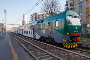 Der Treno Alta Frequentazione Ale 426 - 013 / Ale 506 - 013 (94 83 4506 013-1 I-TI) der Trenord am 28.12.2015 beim Halt im Bahnhof Milano Porta Romana.