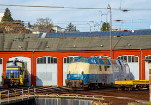 Die 220 015-2 (ex 92 80 1220 015-2 D-MEH), ex SBB 843 463-1, ex SBB Am 4/4 18463, ex DB V 200 015, der Deutsche Privatbahn GmbH ist am 30.10.2019 vor dem Siegener Lokschuppen abgestellt.