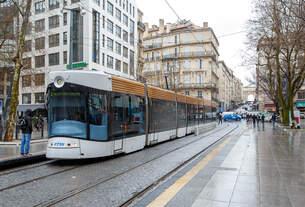 Straßenbahn in Marseille: Ein 7-teiliger Bombardier Flexity Outlook C - Cityrunner der Linie T 2 (nach Blancarde/Foch) der rtm (Régie des transports de Marseille).