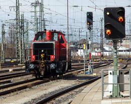Vom Bahnsteig aus im Hbf Nürnberg konnte ich am 28.03.2016 noch gerade die an die DB Regio AG vermietete 214 017-6 (92 80 1214 017-6 D-ALS) der Alstom Lokomotiven Service, ex DB 212 069-9, ex DB V