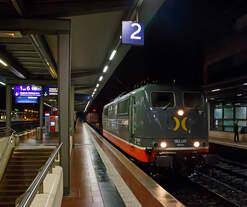 Die 162.001  Mabuse  (91 80 6151 013-0 D-HCTR) der Hector Rail (Germany) GmbH zieht am 20.02.2017 (23.41 Uhr) eine Containerzug durch den Bahnhof Siegburg/Bonn in Richtung Siegen.