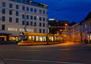 Abends vor dem Bahnhof Basel SBB, da vergeht die Zeit im Fluge, wenn man auf seinen Zug wartet....
