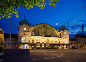 Abendliche Ansicht auf das Empfangsgebäude Bahnhof Basel SBB am 21.05.2018.